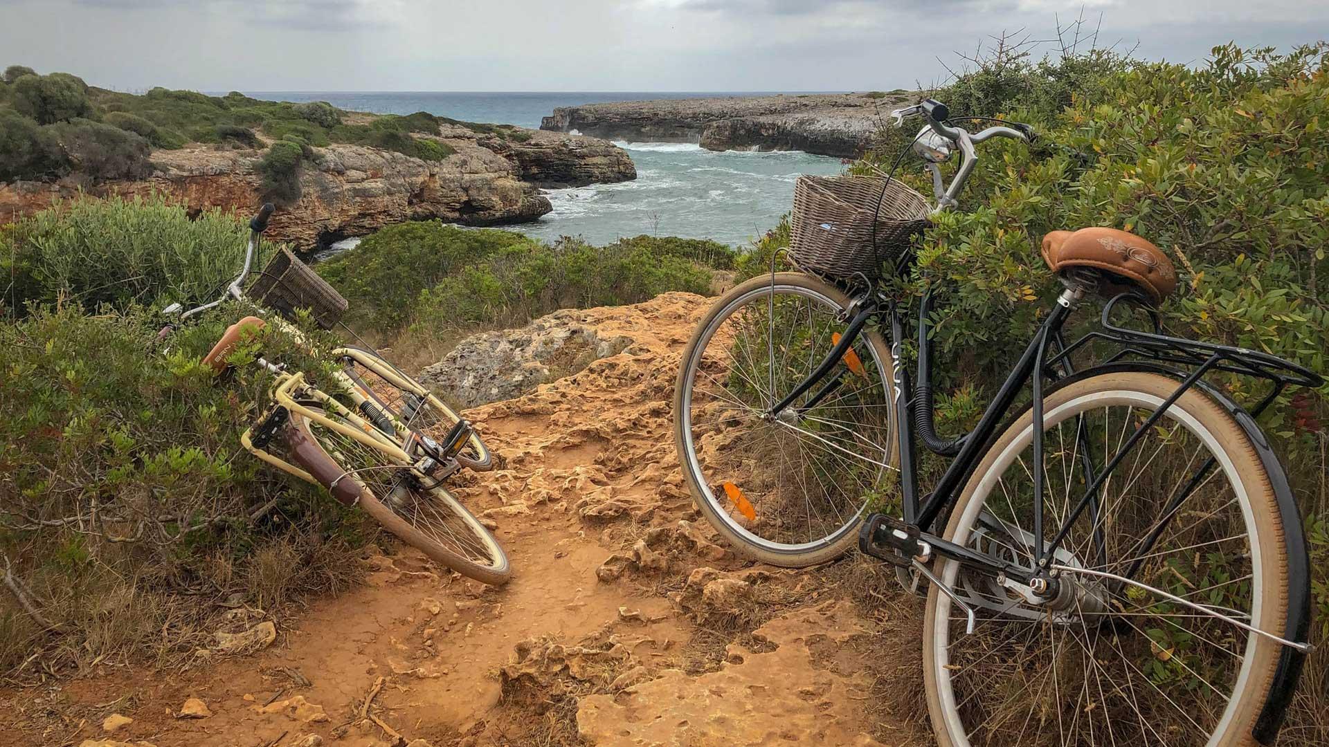 bicicletas num trilho junto ao mar