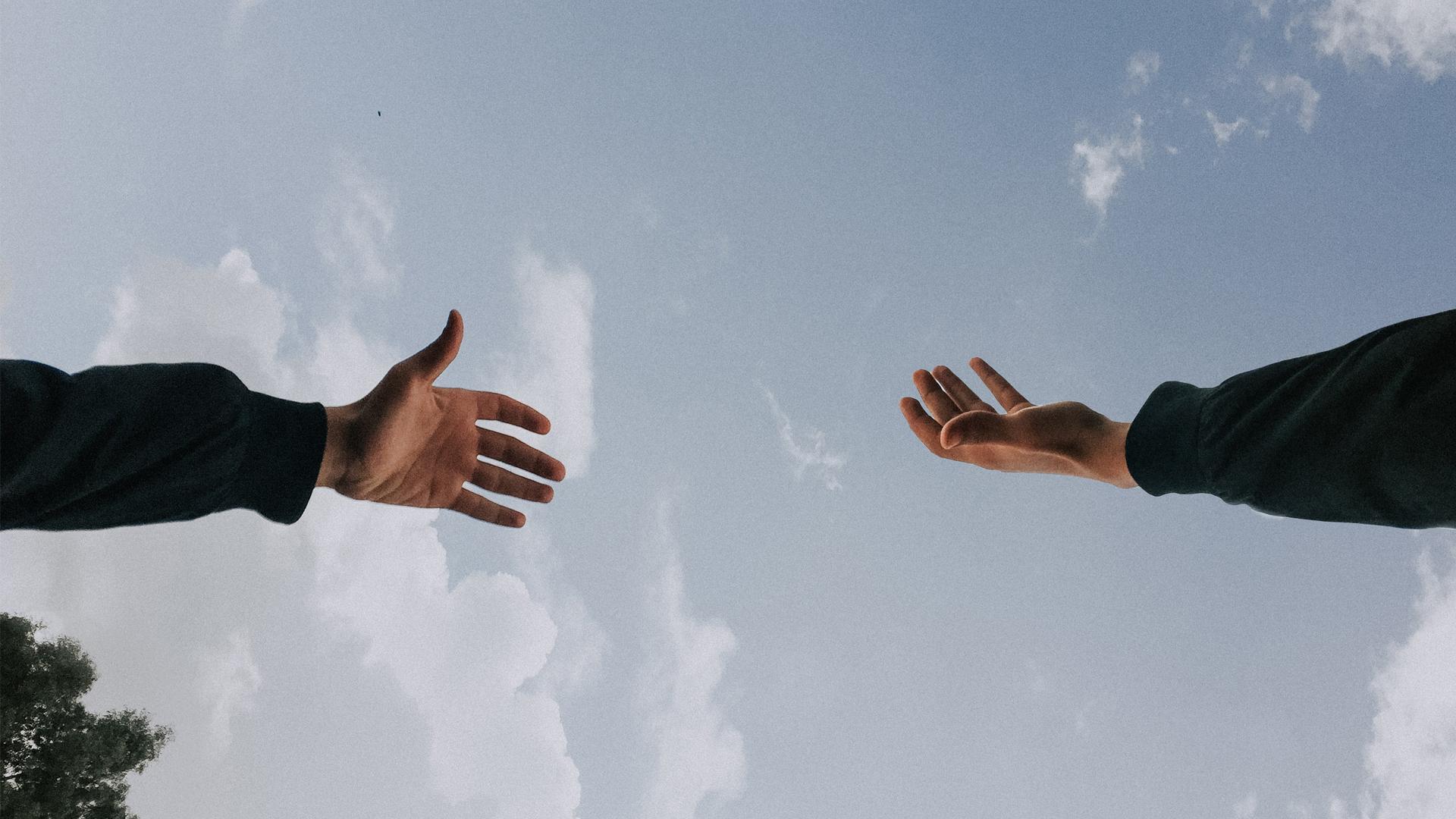 duas mãos perto de se tocarem