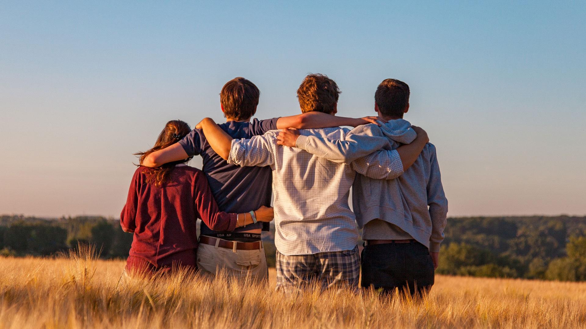 Pessoas abraçadas numa seara