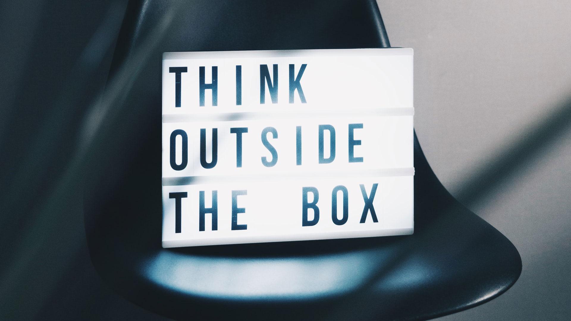 caixa de luzes a dizer think outside the box