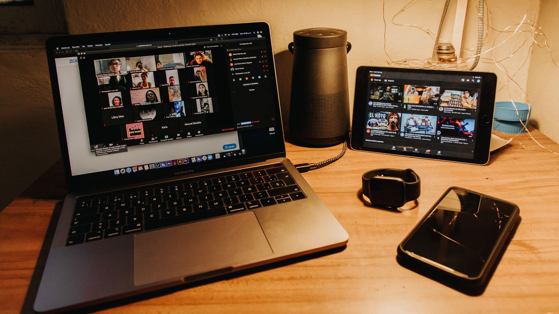 Computador e tablet com imagens de caras de pessoas em telechamada