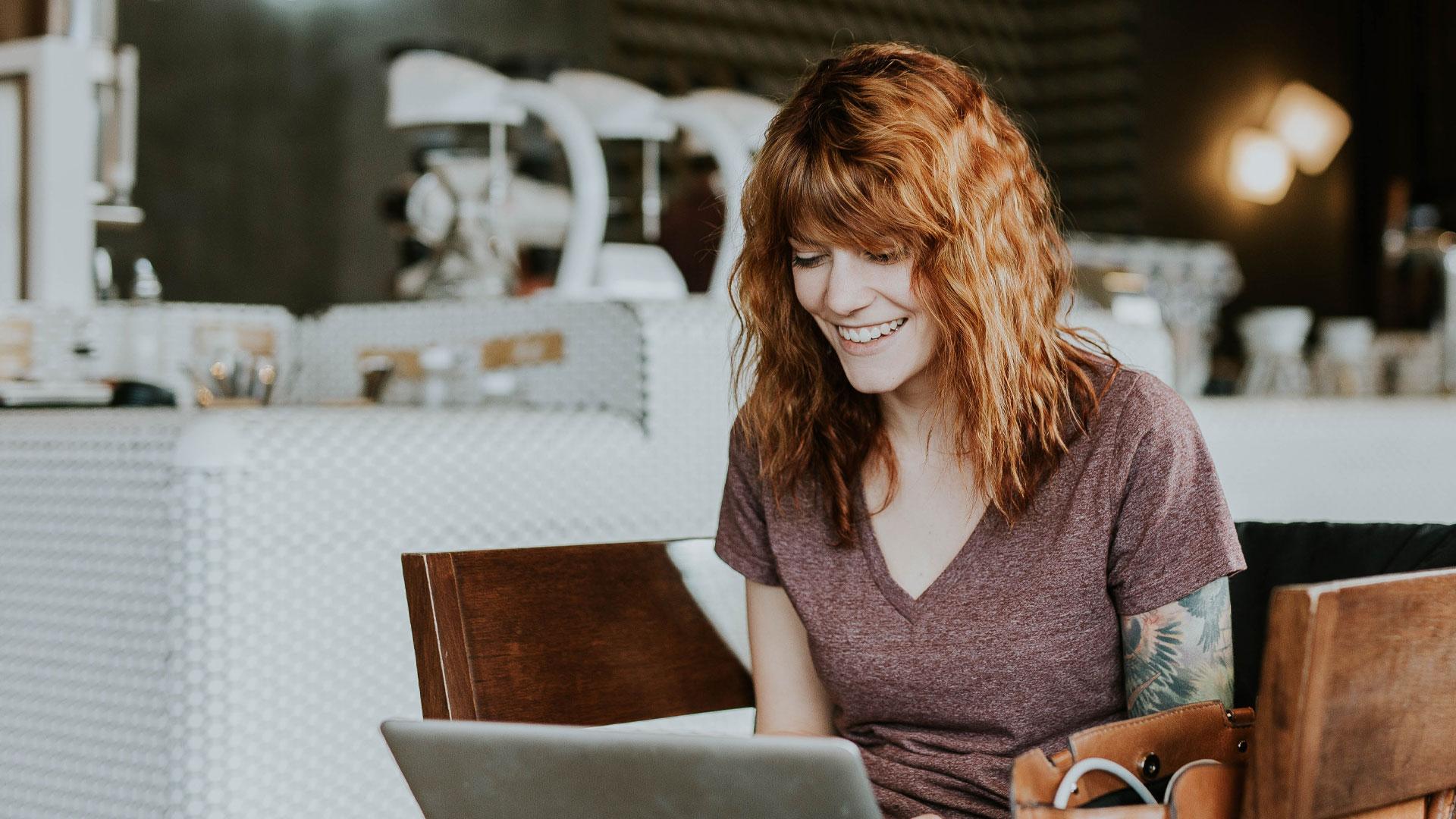 Rapariga no computador