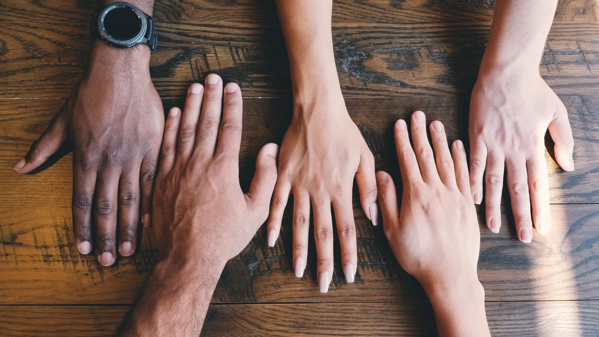 Imagem com mãos ao lado uma das outras