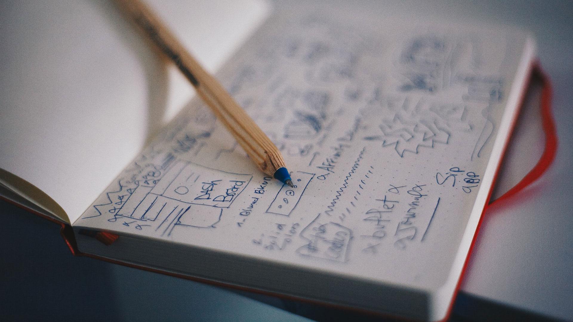 Bloco de notas com apontamentos e um lápis