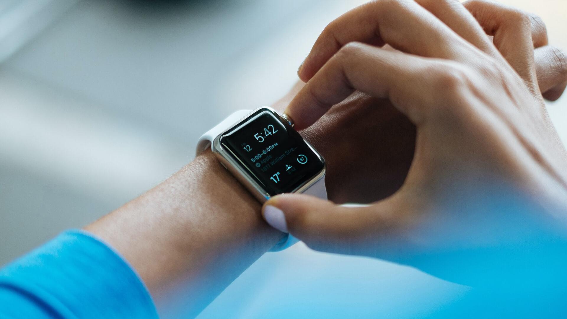 Pessoa com smart watch
