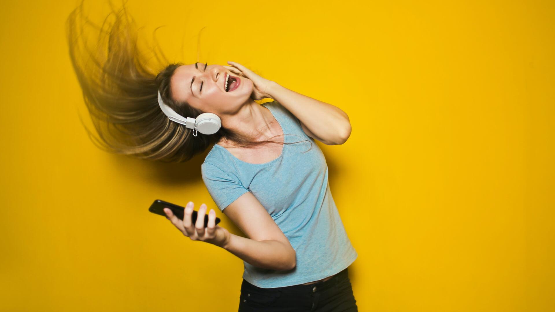 Rapariga a ouvir musica pelo telemovel