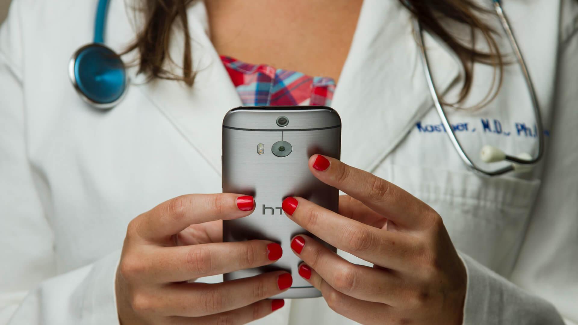 Médica a usar telemóvel