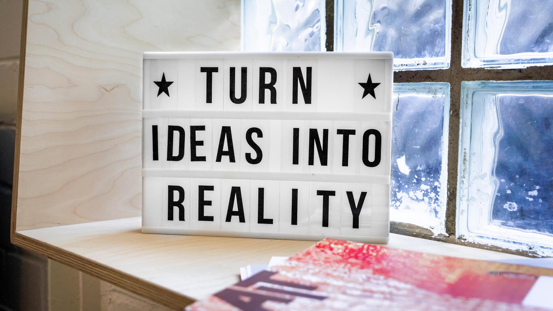 Placa com as palavras Turn Ideas Into Reality