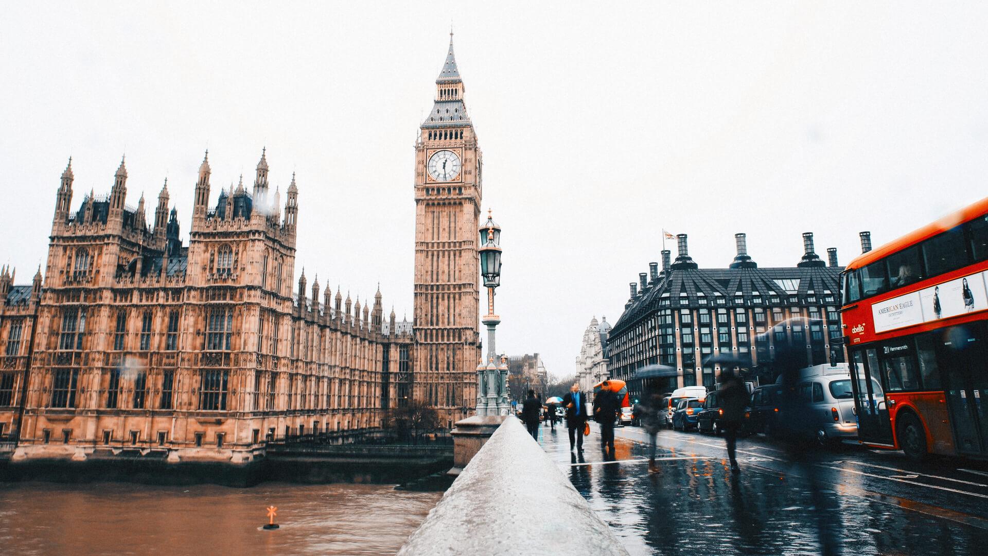 Pessoas junto ao Big Ben em Londres