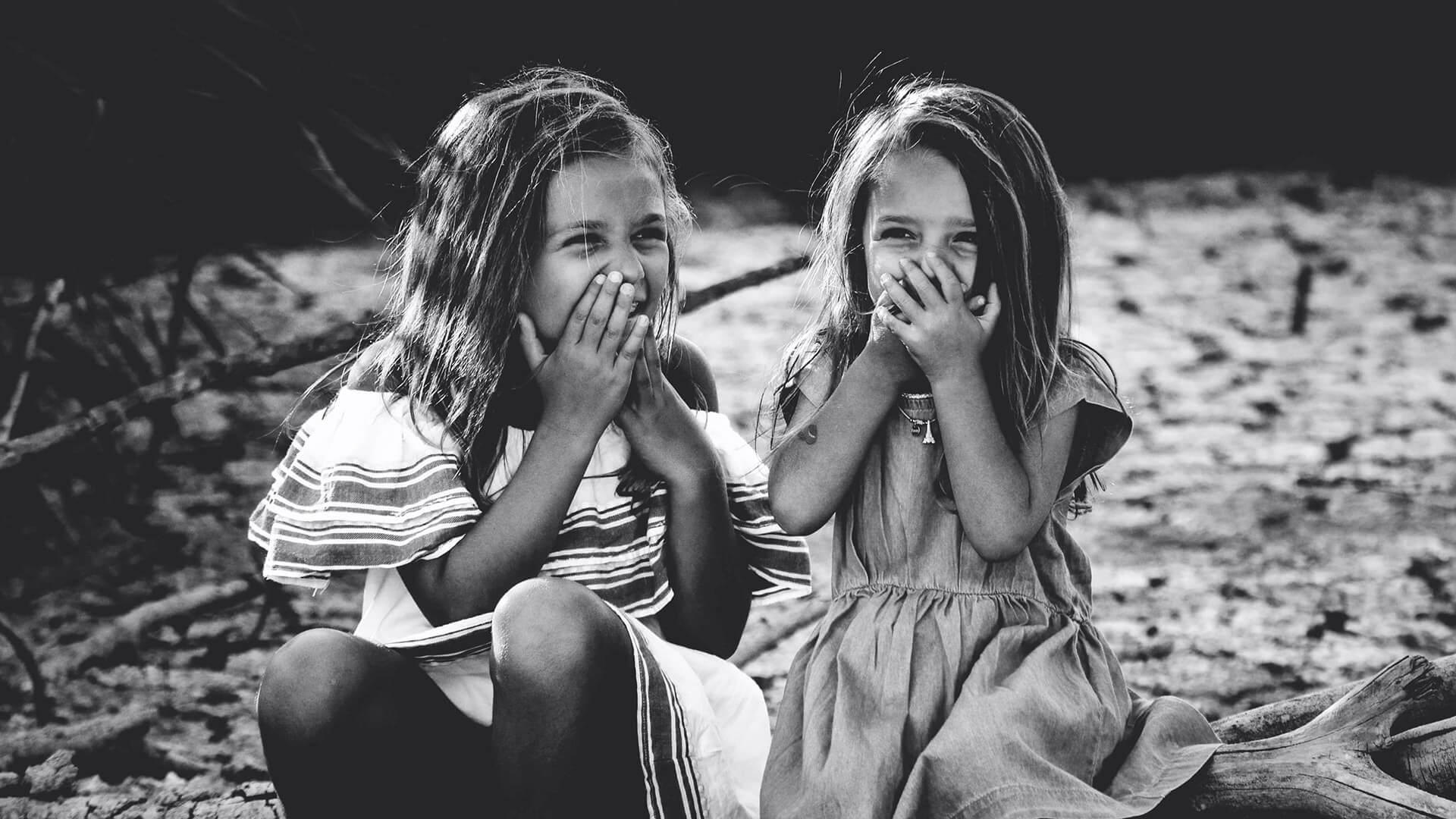 duas meninas a rir