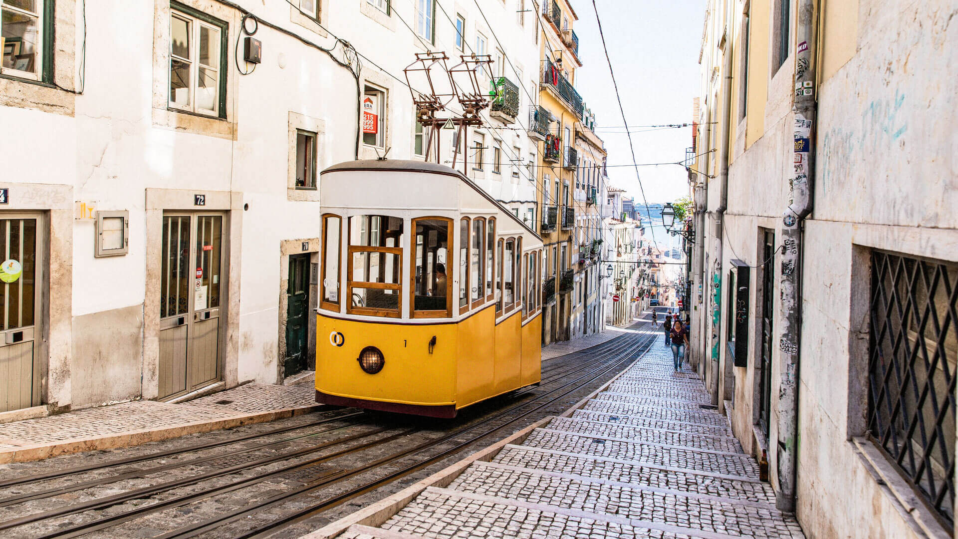 Elétrico sobe rua de Lisboa
