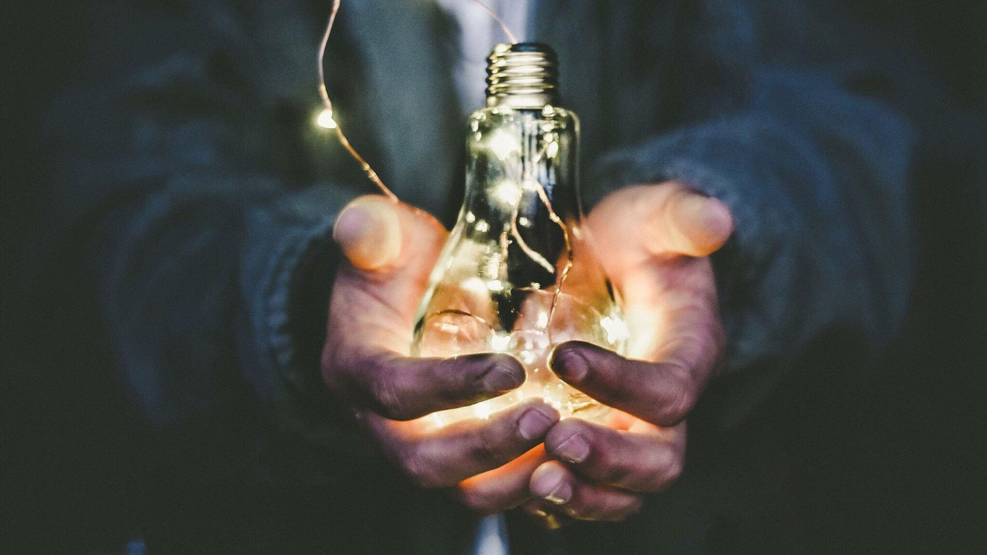 Homem agarra lâmpada