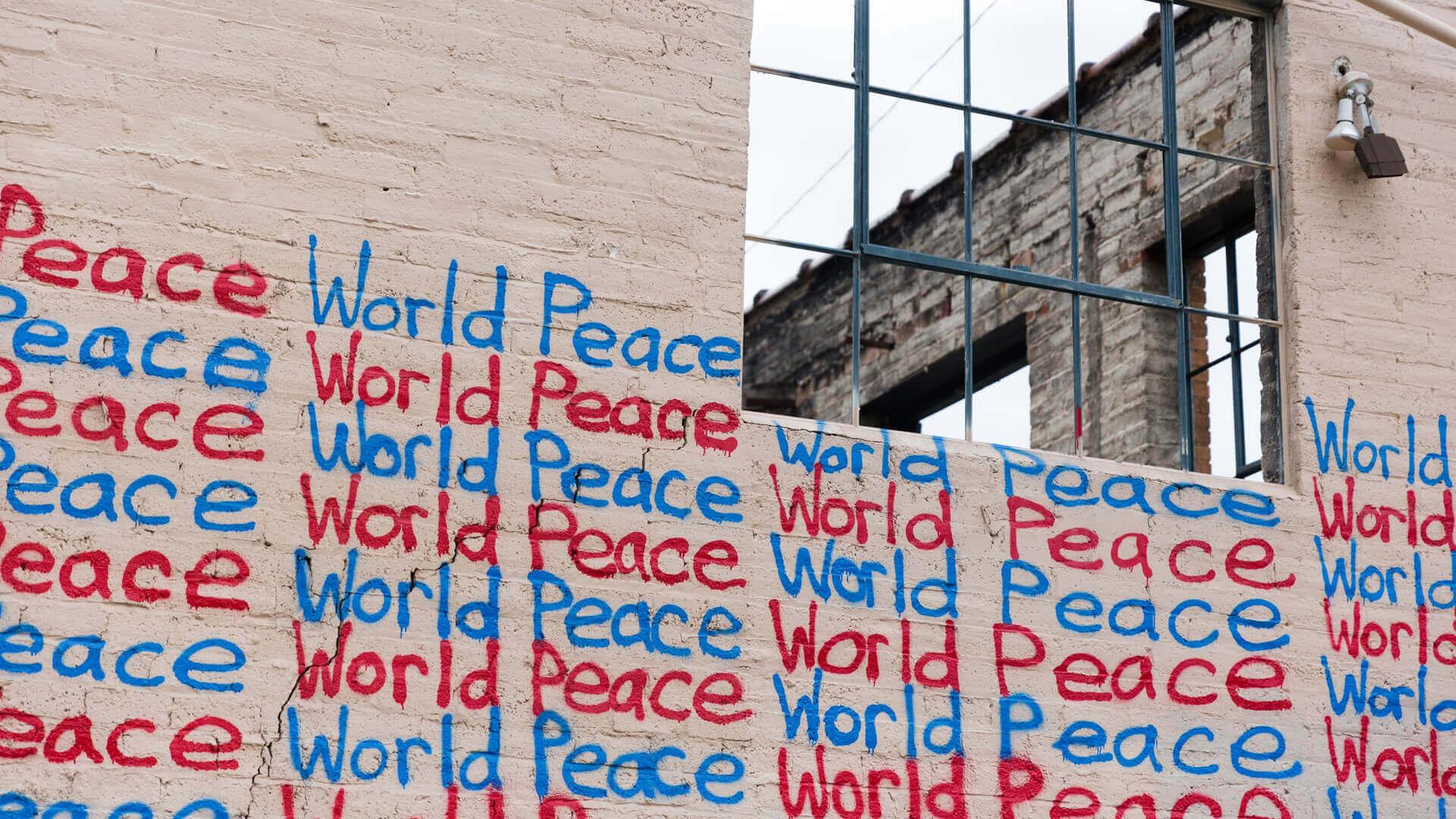 mural com as palavras Wold Peace